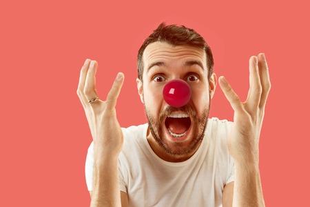 El hombre feliz sorprendido y sonriente en el día de la nariz roja. El payaso, diversión, fiesta, celebración, divertido, alegría, vacaciones, concepto de humor