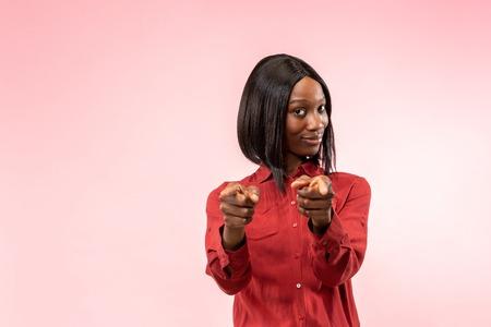 Wybieram Ciebie i zamawiam. Apodyktyczny biznes afro kobieta punkt, chcesz, pół portret zbliżenie na różowym tle studio. Ludzkie emocje, koncepcja wyraz twarzy. Modne kolory Zdjęcie Seryjne