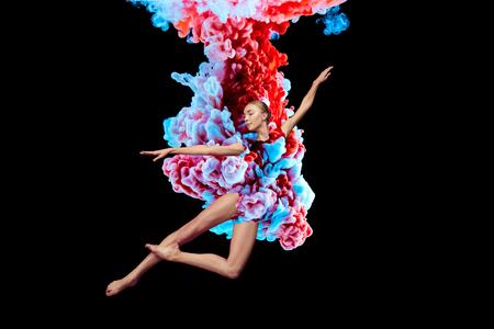 Moderne kunstcollage. Concept ballerina met kleurrijke rook. Samenvatting gevormd door kleur oplossen in water op zwarte achtergrond