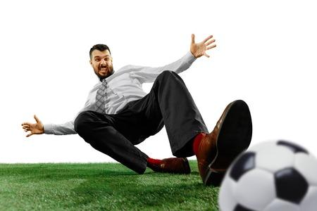 Coup de pleine longueur d'un jeune homme d'affaires jouant au football isolé sur fond blanc.