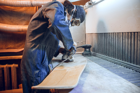 Carpenter using circular saw for cutting wooden boards. Construction details of male worker or handy man with power tools Banque d'images - 118702318