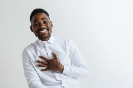 Grato felice felice uomo africano che tiene le mani sul petto al cuore sentimento amore apprezzamento gratitudine onestà, grato sincero orgoglioso ragazzo nero ringraziando isolato su sfondo bianco studio.