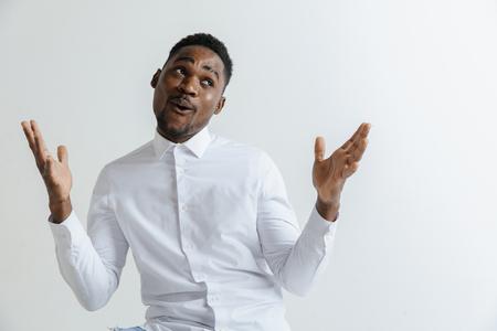 Portret van opgewonden jonge Afro-Amerikaanse man schreeuwend van schok en verbazing. Verrast zwarte hipster die onder de indruk is, kan zijn eigen geluk en succes niet geloven