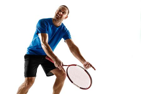 Schuss geht weit. Gestresster Tennisspieler, der mit Schiedsrichter, Schiedsrichter, Linienrichter oder Dienstrichter vor Gericht argumentiert. Menschliche Emotionen, Niederlage, Absturz, Versagen, Verlustkonzept. Athlet isoliert auf weiß Standard-Bild