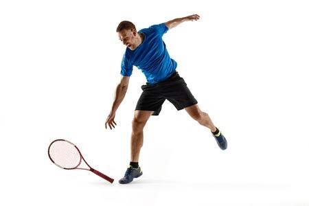 Gestresster Tennisspieler, der vor Wut und Wut einen Schläger wirft und bricht Menschliche Emotionen, Niederlage, Absturz, Versagen, Verlustkonzept. Athlet isoliert auf weiß