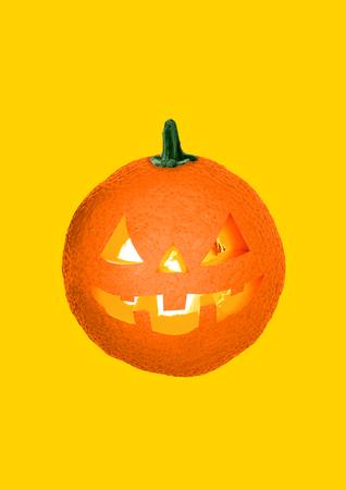 Lasst uns auf die Halloween-Party gehen, auch wenn es Frühling oder Sommer ist. Eine saftige Orange mit den brennenden Kerzen im Inneren als Kürbis auf gelbem Grund. Urlaubskonzept. Modernes Design. Zeitgenössische Kunstcollage.