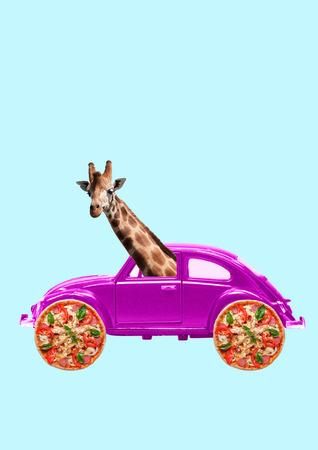 Een droom over weekend. Retro roze auto met wielen als een smakelijke pizza en giraffen gaan naar binnen. Laten we reizen, geniet van uw reis in vakantie. Negatieve ruimte. Modern ontwerp. Hedendaagse kunstcollage.