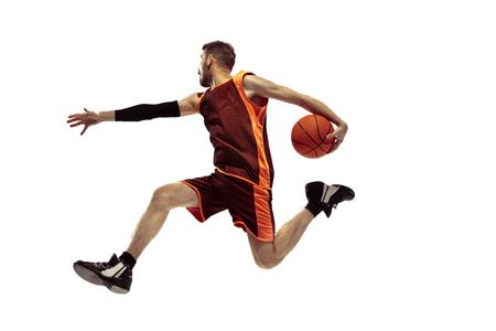 Ritratto integrale di un giocatore di basket con palla isolato su sfondo bianco. Concetto di pubblicità. Atleta caucasico in forma che salta allo studio. Movimento, attività, concetti di movimento.