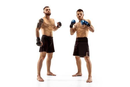 Rispetto per il tuo avversario. Due combattenti professionisti in posa isolati su sfondo bianco per studio. Coppia di atleti caucasici muscolosi in forma o pugili che combattono. Sport, competizione, concetto di emozioni. Archivio Fotografico