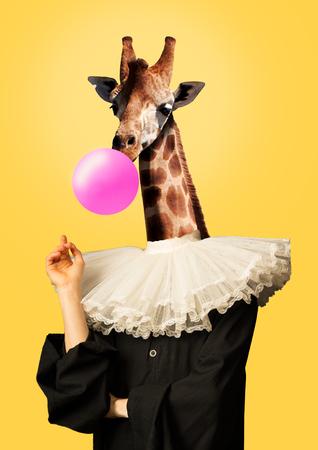 De jeugd is zo anders. Vrouwelijk lichaam in vintage of renaissance zwarte kleding met girafkop die een roze kauwgom blaast tegen gele achtergrond. Modern ontwerp. Hedendaagse kunstcollage.