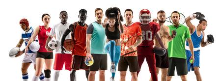 Collage sportivo. Giocatori di tennis, corsa, badminton, calcio e football americano, basket, pallamano, pallavolo, boxe, combattenti MMA e rugby. Montare la donna e gli uomini in piedi isolati su sfondo bianco.
