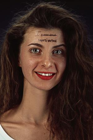 Ritratto di giovane donna che supera i problemi di salute mentale. Tatuaggio sulla fronte ho mandato-motivato. Concetto di disturbo psicologico, trattamento, riabilitazione, ritorno a uno stile di vita sano.