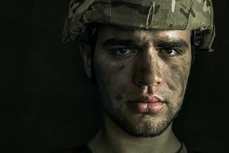 Porträt des jungen männlichen Soldaten hautnah.