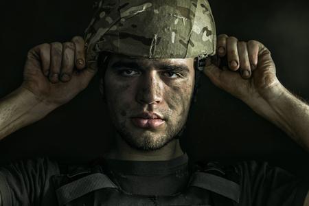 Porträt des jungen männlichen Soldaten hautnah