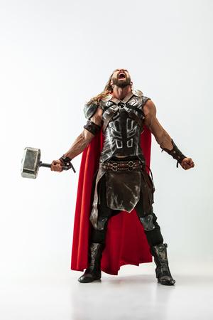 Modelo masculino de pelo largo y musculoso en traje de vikingos de cuero