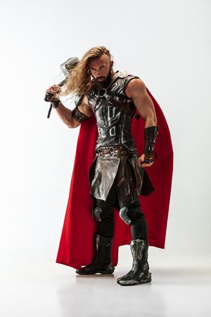 Długie włosy i muskularny męski model w skórzanym stroju wikingów Zdjęcie Seryjne