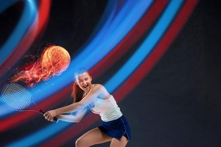 Ritratto integrale di giovane donna che gioca a tennis isolato su sfondo scuro. Uno stile di vita sano. Fitness, sport, concetto di esercizio. Il modello femminile in movimento o in movimento. Collage creativo.