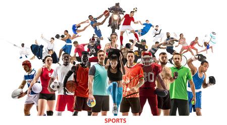 Collage sportivo. Giocatori di tennis, corsa, badminton, calcio e football americano, basket, pallamano, pallavolo, boxe, combattenti MMA e rugby. Donne e uomini in forma in piedi isolati su sfondo bianco