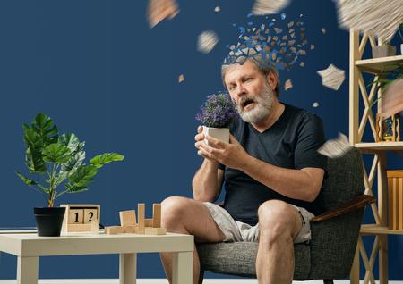 Ahogar la imagen de la pérdida de la mente. Anciano barbudo con enfermedad de alzheimer tiene problemas con la motricidad de sus manos. Enfermedad, pérdida de memoria por demencia, asistencia sanitaria, trastorno neurológico, depresión.