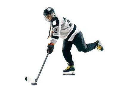 Młoda kobieta hokeista z kijem na białym tle. Sportsmenka w akcji nosząca sprzęt atakujący na bramkę lub wynik. Pojęcie sportu, zdrowego stylu życia, ruchu, ruchu.