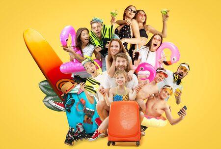 Retrato de medio cuerpo de los jóvenes aislado sobre fondo amarillo de estudio. Amigos sonrientes en gorras con bañadores. Listo para verano, fin de semana, resort o vacaciones. Collage creativo, expresión facial.
