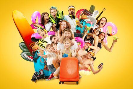 黄色いスタジオの背景に隔離された若者の半長さの肖像画。スイムリングで帽子をかぶって笑顔の友人。夏、週末、リゾートや休暇の準備ができました。創造的なコラージュ、表情。 写真素材