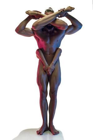 Sensueel geschikt paar dat op witte studioachtergrond in neonlicht wordt geïsoleerd. Naakte man en vrouw, minnaars in momenten. Kunst creatieve foto. Concept van liefde, relatie, sensualiteit, saamhorigheid, seks.