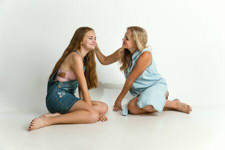 Maman passe du temps avec sa fille et sourit. Parent avec une jeune fille jouant et riant. Mode de vie familial. Concept de fête des mères, de convivialité, de parentalité et de droits des enfants.
