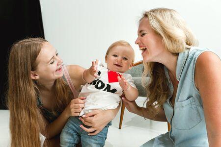 Młoda rodzina spędza czas razem i uśmiechając się. Mama z młodą córką i małym synkiem, bawiąc się i śmiejąc się. Rodzinny styl życia. Dzień matki, ojców, wspólnoty, rodzicielstwa, koncepcja praw dzieci.