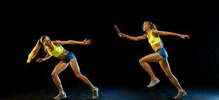 Professionelles weibliches Staffellauftraining isoliert auf schwarzem Studiohintergrund im Neonlicht. Frau im Sportanzug, die beim Laufen übt. Gesunder Lebensstil, Sport, Training, Bewegung, Aktionskonzept.