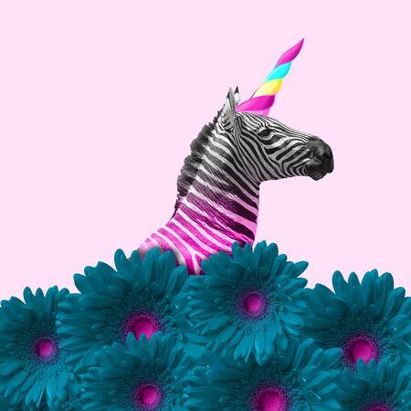 Sognare di essere migliori. Una zebra alternativa come un unicorno in fiori blu su sfondo rosa. Spazio negativo. Design moderno. Arte contemporanea. Collage creativo concettuale e colorato. Archivio Fotografico