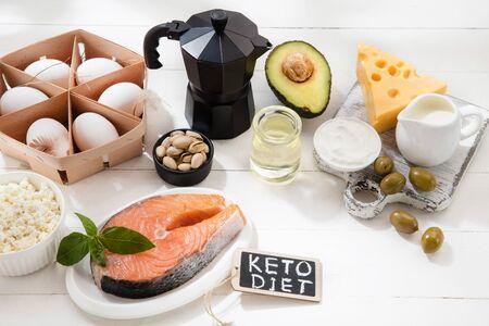 Dieta ketogeniczna niskowęglowodanowa - wybór żywności na białym tle drewnianych. Zbilansowane zdrowe organiczne składniki o wysokiej zawartości tłuszczów. Odżywianie serca i naczyń krwionośnych. Mięso, ryby i warzywa.