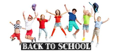 Gruppo di bambini o alunni delle scuole elementari che saltano in abiti casual colorati che saltano isolati su sfondo bianco per studio. Collage creativo. Ritorno a scuola, istruzione, concetto di infanzia.