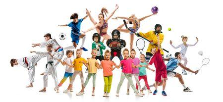 Collage creativo de fotos de 19 modelos. Niños en el deporte. Publicidad, deporte, estilo de vida saludable, movimiento, actividad, concepto de movimiento. Fútbol americano, fútbol, tenis, voleibol, bádminton, rugby.