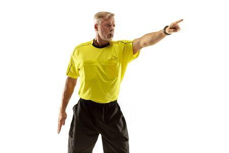 El árbitro da instrucciones con gestos a los jugadores de fútbol o fútbol mientras juega aislado sobre fondo blanco de estudio. Concepto de deporte, violación de reglas, temas controvertidos, superación de obstáculos.