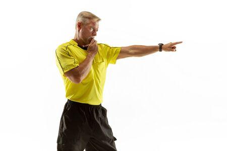 El árbitro da instrucciones con gestos a los jugadores de fútbol o fútbol mientras juega aislado sobre fondo blanco de estudio. Concepto de deporte, violación de reglas, temas controvertidos, superación de obstáculos. Foto de archivo