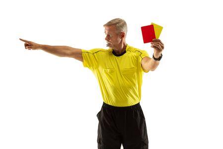 Árbitro que muestra una tarjeta roja y amarilla a un jugador de fútbol o fútbol mientras juega sobre fondo blanco de estudio. Concepto de deporte, violación de reglas, temas controvertidos, superación de obstáculos.