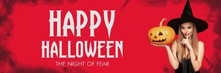 Joven mujer rubia con sombrero negro y traje sobre fondo rojo aterrador. Modelo femenino caucásico atractivo que sostiene la calabaza. Halloween, viernes negro, cyber monday, ventas, concepto de otoño. Folleto para su anuncio.