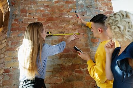 Architecte d'intérieur travaillant avec un jeune couple.