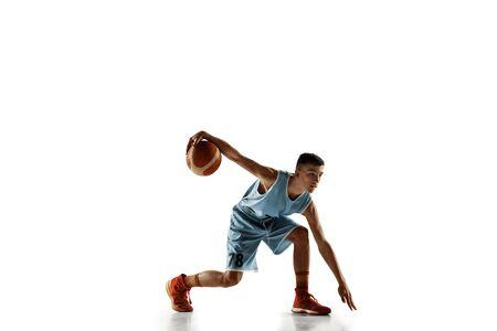 Portrait de toute la longueur du jeune basketteur avec un ballon isolé sur fond de studio blanc. Adolescent s'entraînant et s'exerçant en action, en mouvement. Concept de sport, mouvement, mode de vie sain, annonce.