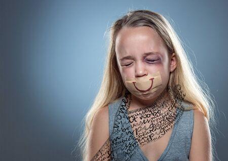 Respirare. Bambina triste con iniettati di sangue, occhi ammaccati e bocca coperta. Concetto di violenza sui bambini, abusi domestici. Depresso essere vittima dei genitori. Illusione dell'infanzia. Mano maschile invisibile. Disegno. Archivio Fotografico