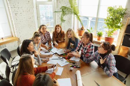 Zusammenarbeit. Junge Leute diskutieren im Büro über Frauenrechte und Gleichberechtigung. Kaukasische Geschäftsfrauen oder Büroangestellte treffen sich über Probleme am Arbeitsplatz, männlichen Druck und Belästigung.