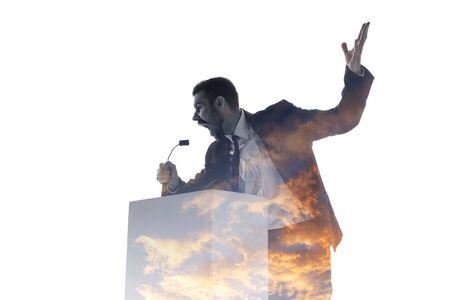 Schrei. Sprecher, Trainer oder Vorsitzender während der Politikerrede lokalisiert auf weißem Hintergrund. Doppelbelichtung - Wahrheit und Lüge. Business-Training, Reden, Versprechen, wirtschaftliche und finanzielle Beziehungen.