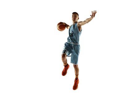 Ganzaufnahme des jungen Basketballspielers mit einem Ball lokalisiert auf weißem Studiohintergrund. Teenager-Training und Üben in Aktion, Bewegung. Konzept des Sports, der Bewegung, des gesunden Lebensstils, der Anzeige. Standard-Bild
