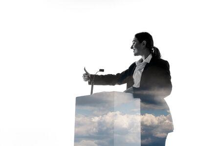 Führer. Sprecher, Trainer oder Vorsitzende während der Politikerrede lokalisiert auf weißem Hintergrund. Doppelbelichtung - Wahrheit und Lüge. Business-Training, Reden, Versprechen, wirtschaftliche und finanzielle Beziehungen.