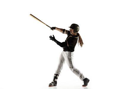 Joueur de baseball, lanceur en uniforme noir pratiquant et s'entraînant isolé sur fond blanc. Jeune sportif professionnel en action et en mouvement. Mode de vie sain, sport, concept de mouvement.