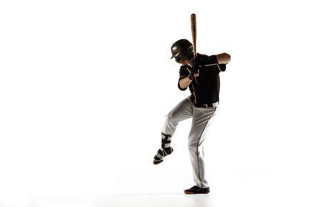 Baseballspieler, Krug in einer schwarzen Uniform, die auf einem weißen Hintergrund übt und trainiert. Junger Berufssportler in Aktion und Bewegung. Gesunder Lebensstil, Sport, Bewegungskonzept. Standard-Bild