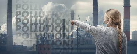 Bambina caucasica che indossa la maschera di protezione delle vie respiratorie contro l'inquinamento atmosferico, le particelle di polvere superano i limiti di sicurezza a causa delle fabbriche fumanti. Sanità, ambiente, concetto di ecologia.
