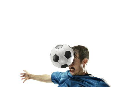 Cerca del hombre caucásico emocional jugando al fútbol golpeando la pelota con la cabeza sobre fondo blanco aislado. Fútbol, deporte, expresión facial, emociones humanas, concepto de estilo de vida saludable. Copyspace.