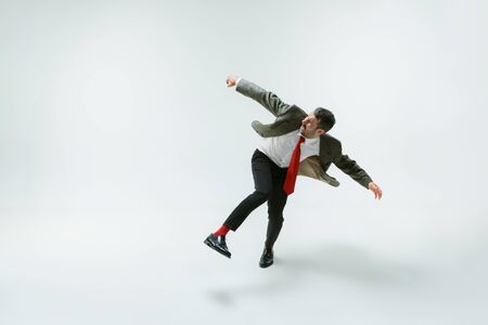 Jonge blanke man beweegt flexibel op witte studio Stockfoto